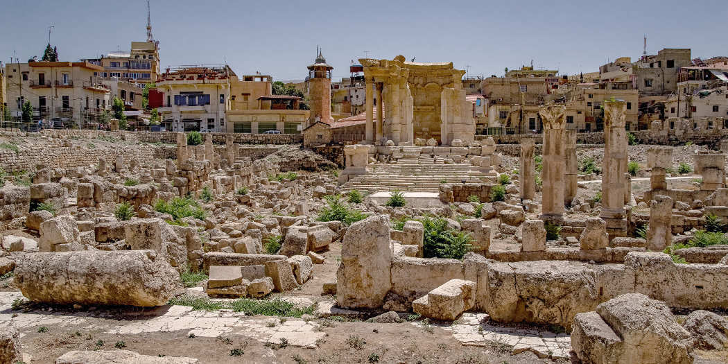 Arbeitsplatz eines Archäologen: Blick über Tempelruinen in Baalbek