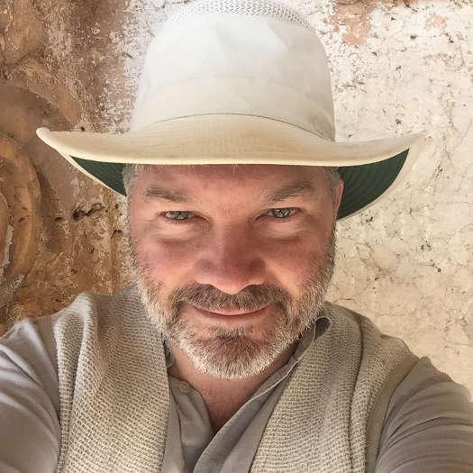 Porträitfoto des Archäologen und Autors Holger Wienholz (mit Sonnenhut)