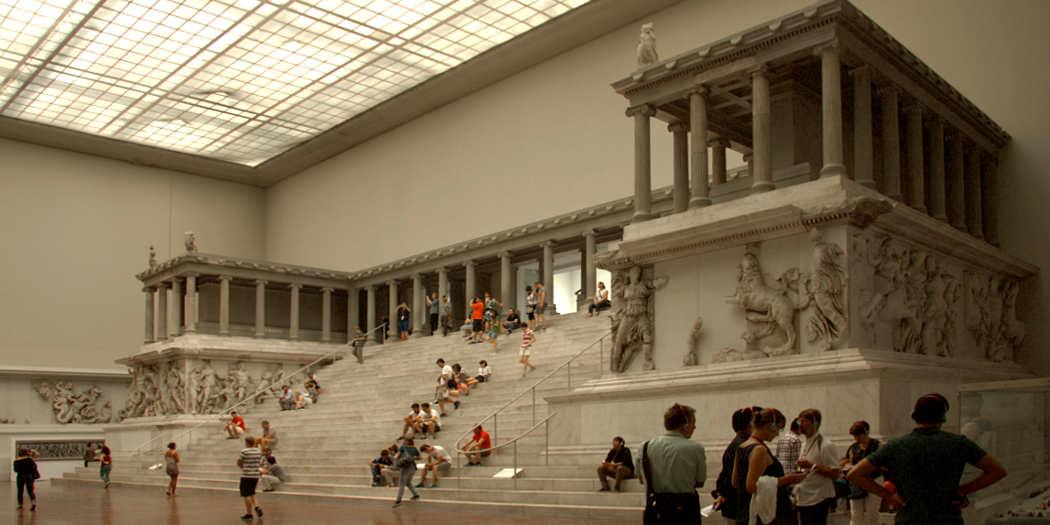 Pergamonaltar mit Besuchern