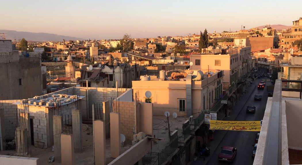 Überblick über die Stadt Baalbek im Libanon im Abendlicht