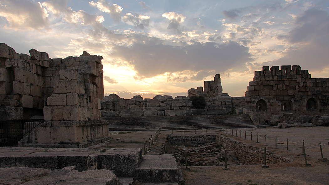 Sonnenuntergang hinter Tempelruinen in Baalbek